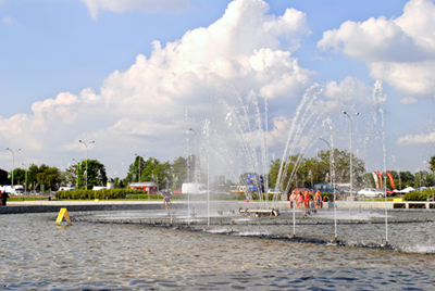 Visitors splash around in the Multimedia Fountain Park on a hot day PHOTO: Lara Szypszak