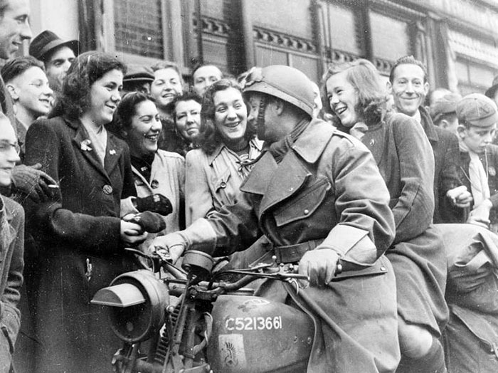 PHOTO: Breda residents greet Polish soldiers; the Polish Army freed the Dutch city from its German occupants on Oct. 30, 1944.